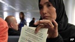 Một người tị nạn Syria trình giấy tờ di trú của mình trước khi đáp chuyến bay sang Đức tại sân bay quốc tế Rafik Hariri ở Beirut, Libăng, ngày 11/9/2013.