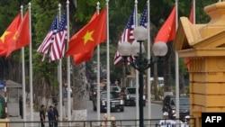 Cờ Việt Nam và Mỹ tại Phủ Chủ tịch ở Hà Nội trong lễ đón Tổng thống Barack Obama tháng 5/2016. Chính quyền Tổng thống Joe Biden đang xem xét có nên áp thuế lên hàng hoá Việt Nam do các hành vi tiền tệ bị điều tra từ thời Tổng thống Trump hay không.