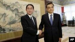 2016年4月30日中國總理李克強在北京中南海會見了日本外相岸田文雄(左)資料照。