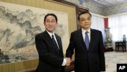 2016年4月30日中國總理李克強在北京中南海會見了日本外相岸田文雄(左)。