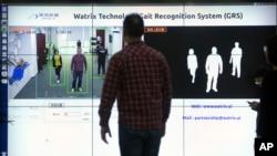 中国银河水滴公司工作人员展示该公司的步态识别技术