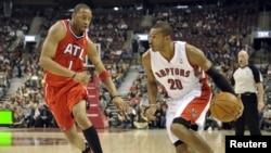 Tracy McGrady (kiri) dalam sebuah pertandingan basket NBA di Toronto (Foto: dok). Tracy McGrady akan segera bergabung dengan Asosiasi Basket Tiongkok, Qingdao DoubleStar Eagles, yang menawarkan kontrak satu tahun untuknya.