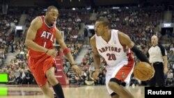 Defendiendo a los Atlanta Hawks, Tracy Mc Grady trata de detener al brasileño de los Toronto Raptors (otr de sus equipos), Leandro Barbosa.