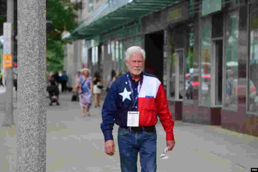 این آقا لباسش را به شکل پرچم ایالت جنوبی تگزاس ساخته است.