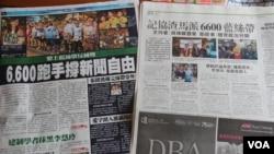 香港媒体报道记协在渣马上派发蓝丝带(美国之音海彦拍摄)