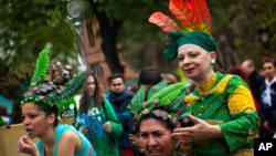 Phụ nữ tham gia các hoạt động kỷ niệm Ngày Trái đất ở Barcelona, Tây Ban Nha.
