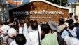 រូបឯកសារ៖ អ្នកសារព័ត៌មានព្យាយាមសុំសម្ភាសមេដឹកនាំសកម្មជនសិទ្ធិមនុស្ស ក្នុងអំឡុងពិធីហែរក្បួននៅមុខអង្គភាពប្រឆាំងអំពើពុករលួយ នៅរាជធានីភ្នំពេញ កាលពីថ្ងៃព្រហស្បតិ៍ ទី២៩ ខែមេសា ឆ្នាំ២០១៤។ (AP Photo/Heng Sinith)