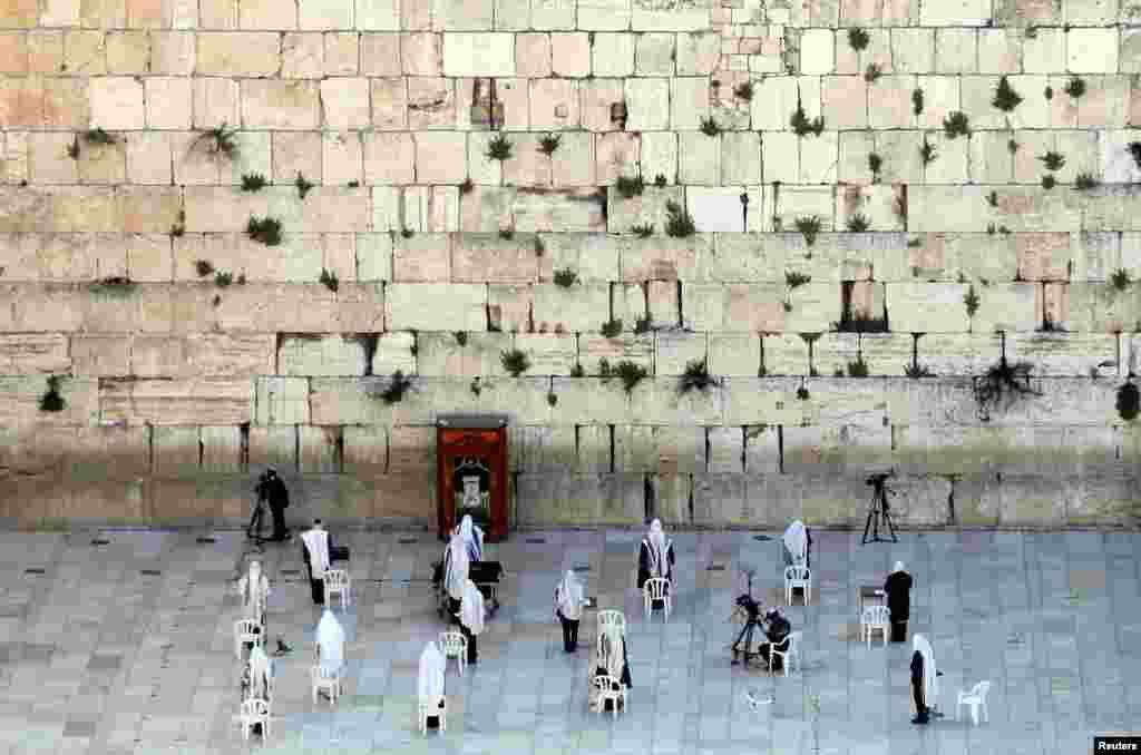 អ្នកកាន់សាសនាជ្វីពមួយចំនួនតូចធ្វើការអធិដ្ឋាននៅក្នុងកម្មវិធីទទួលពរពីបព្វជិត នៅពេលមានការផ្ទុះឡើងនៃជំងឺកូវីដ១៩ នៅក្នុងក្រុងបុរាណ Jerusalem។ កម្មវិធីនេះជាទូទៅទាក់ទាញអ្នកមានជំនឿរាប់ពាន់នាក់។