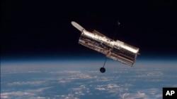 Teleskop antariksa Hubble yang mengorbit Bumi.