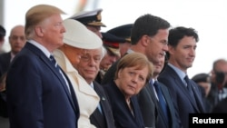 Президент Дональд Трамп з дружиною, канцлер Німеччини Анґела Меркель, прем'єр-міністр Нідерландів Марк Рютте і канадський прем'єр Джастін Трюдо на церемонії у Портсмуті в Англії. 5 червня 2019 р.