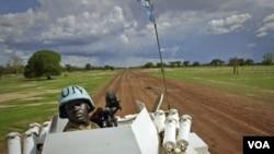 Seorang penjaga perdamaian PBB asal Zambia melakukan patroli di kota Abyei (30/5), kota minyak yang diperebutkan Sudan utara dan selatan.