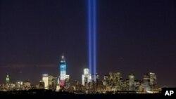 致敬之光9月10日照耀在紐約世貿中心和自由女神像之上
