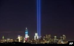 致敬之光2012年9月10日照耀在纽约世贸中心和自由女神像之上。