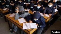 Des enfants portent des masques de protection par précaution à l'école Matribhumi de Thimi, Bhaktapur, Népal, le 29 janvier 2020.
