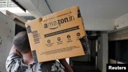 Radnik Amazona dostavlja paket mušterijama u Indiji.