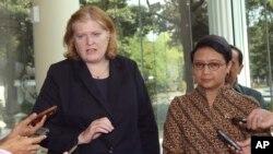 3일 인도네시아 자카르타에서 앤 리처드 미 국무부 차관보(왼쪽)가 기자들의 질문에 답하고 있다.