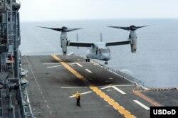 یک هواپیمای عمود پرواز آسپری روی ناو یو اس اس باکسر فرود می آید.
