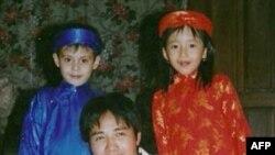Trịnh Hội, Bé Minh (trái) và chị của Minh là bé My (phải)