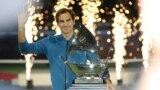 로저 페더러 선수가 2일 아랍에미리트(UAE) 두바이에서 열린 프로테니스협회(ATP) 투어 '두바이 듀티프리 챔피언십' 남자 단식 결승에서 승리한 후 트로피를 들어보이고 있다.