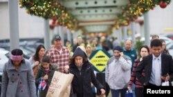 ຜູ້ຄົນພາກັນເລາະຊື້ເຄື່ອງ ຢູ່ສູນການຄ້າ King of Prussia Mall ທີ່ເມືອງ King of Prussia, ລັດ Pennsylvani ຂອງສະຫະລັດ, Dec. 6, 2014.