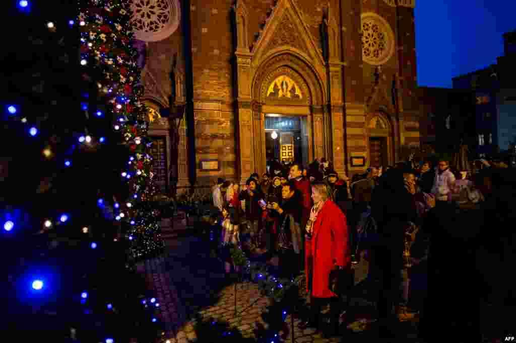 استنبول کے سینٹ اینٹوان چرچ میں مسیحی عبادت گزار کرسمس کی تقریبات میں موجود ہیں۔