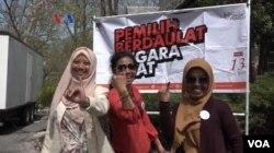 """Usai mencoblos para pemilih di Wisma Indonesia di Washington DC mencelupkan jari ke tinta dan mendapat pin bertuliskan """"Aku Sudah Memilih"""", Washington DC, 13 April 2019. (Foto: VOA)"""