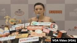 章子怡在海口参加第12届华语电影传媒大奖颁奖典礼时接受记者采访