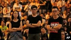 Sinh viên biểu tình đòi dân chủ tại các khu vực bị chiếm đóng bên ngoài trụ sở chính phủ ở Hồng Kông.