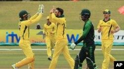 ہرارے میں پاکستان اور آسٹریلیا کے درمیان ٹی 20 میچ میں آسٹریلیا کے کھلاڑی پاکستانی بیٹسمین حسین طلعت کی وکٹ لے کر خوشی کا اظہار کر رہے ہیں ۔ 5 جولائی 2018