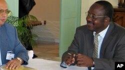 Le député Christophe Lutundula (D) et un délégué du Conseil de sécurité des Nations Unies à Kinshasa, RDC, 11 juin 2006.
