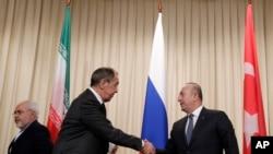 Ngoại trưởng Nga Sergey Lavrov (ở giữa) bắt tay Ngoại trưởng Thổ Nhĩ Kỳ Mevlut Cavusoglu trong một cuộc gặp ở Moscow, Nga, ngày 20/12/2016.