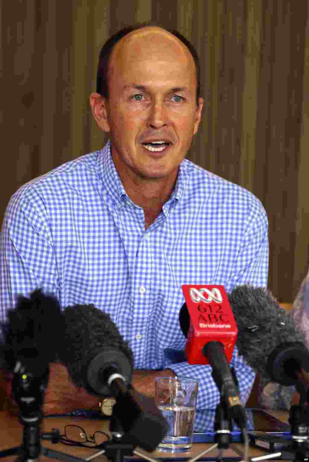 Andrew Greste, Juris Greste, adik wartawan Australia Peter Greste, berbicara pada media di konferensi pers di Brisbane, Australia (2/2). (AP/Tertius Pickard)