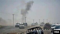 Kendaraan militer pemberontak Libya harus ditarik mundur dari Brega setelah dihujani tembakan artileri pasukan pro-Gadhafi (5/4).