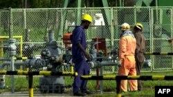 Một trạm bơm giếng dầu của Bruneian Shell ở Seria, Brunei