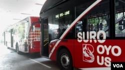 Suroboyo Bus saat berhenti di salah satu halte sambil menunggu penumpang (Petrus Riski/VOA).