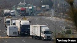 한국 정부가 북한의 4차 핵실험과 장거리 미사일 발사에 대응해 개성공단 가동 전면 중단 결정을 내린 지난달 2월 개성공단 한국 기업 차량들이 경기도 파주시 경의선 남북출입사무소를 통해 남측으로 입경하고 있다. (자료사진)