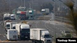 جمعرات کو جنوبی کوریا کے ٹرکوں نے کائی سونگ سے سازوسامان واپس لانا شروع کیا تھا۔ فائل فوٹو