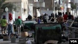 Anak-anak muda Syiah Bahrain membersihkan jalanan kota Malkiya, mengantisipasi kedatangan pasukan pemerintah di daerah ini, Rabu (16/3).