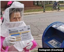 一名102岁的老人穿着防护服亲自寄送自己的选票