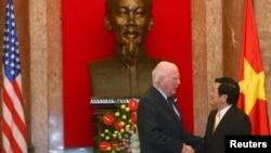 Thượng nghị sỹ Mỹ Patrick Leahy gặp gỡ Chủ tịch Trương Tấn Sang trong một chuyến thăm Việt Nam trước đây. Ông cùng 9 TNS khác đang ở thăm Việt Nam và sẽ khởi động dự án tẩy sạch dioxin ở sân bay Biên Hòa.
