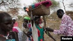 Một người mẹ đội con nhỏ đi kiểm tra suy dinh dưỡng tại một chương trình nhân đạo của Liên Hiệp Quốc ngày 3/3/2015.