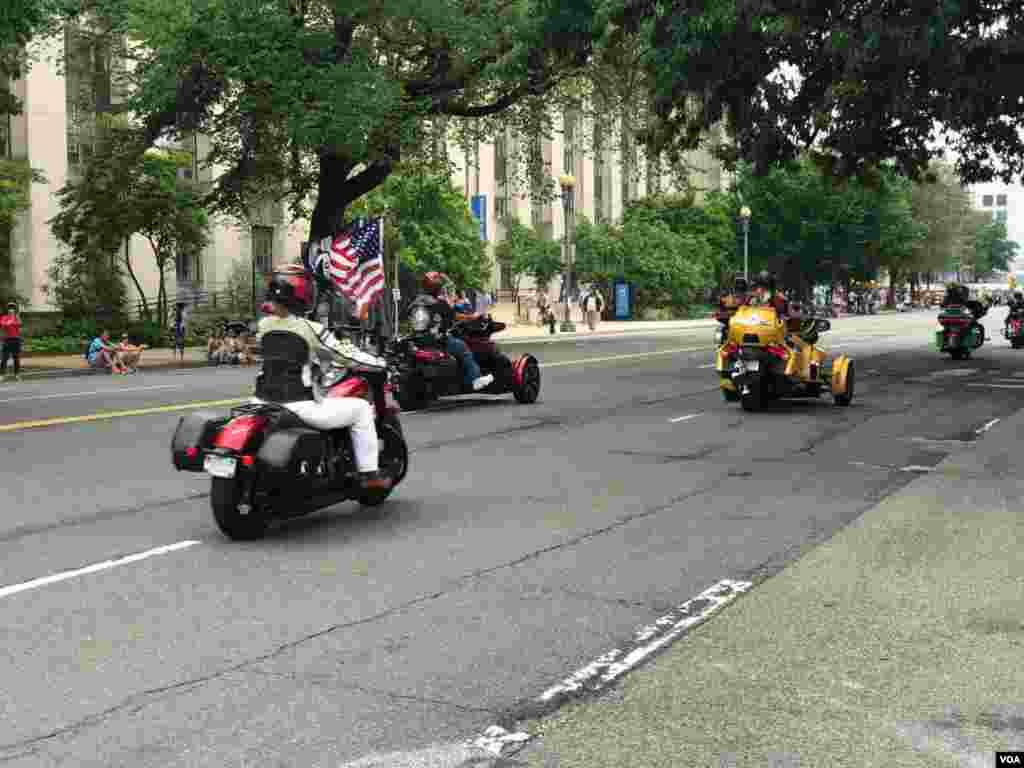 رژه موتورسواران موسوم به «غرش صاعقه» در واشنگتن صدها هزار موتور سوار برای ادای احترام به سربازان آمریکایی جان باخته در جنگ و تجلیل از سربازانی که مفقودالاثر شده اند، در این رژه شرکت می کنند.