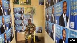 Seorang tentara Guinea berjaga-jaga di sebuah lokasi kampanye pemilu.