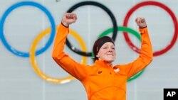 2月16号女子1500米速滑赛中荷兰的特-莫尔斯获得金牌后欢呼雀跃