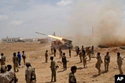 지난 2014냔 예멘 샤브와의 메이파마을에서 예멘 군들이 알카에다 기지를 향해 로켓 미사일을 발사하고 있다. (자료사진)