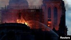 Vatrogasci gase požar u Notr Damu