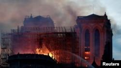 Lokacin da jami'an kashe gobara suke kokain shawo kan gobara a Mujami'ar Notre Dame Cathedral a birnin Paris, Faransa, Afrilun 15, 2019.