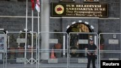 Polisi anti huru-hara Turki menjaga kantor pemerintah kota Sur setelah pemecatan walikota yang dituduh pro PKK, Minggu (11/9).