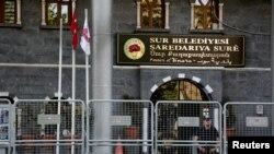 2016年9月11日土耳其防暴警察守卫在苏尔市政府办公室楼前。