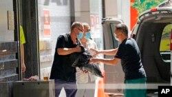 Nhân viên chuyển vật dụng ra khỏi Tòa lãnh sự Trung Quốc ở Houston, Texas, ngày 23/7/2020.